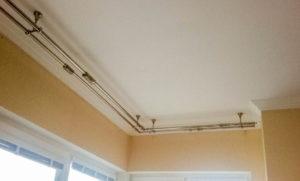 металлический карниз для штор на потолок угловой фото