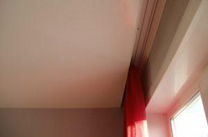Пластиковый трёхрядный карниз для штор в нише на натяжной потолок фото